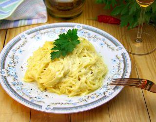 Макароны с сливочно-чесночным соусом и пармезаном