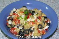 Салат картофельный с красным сладким перцем и маслинами