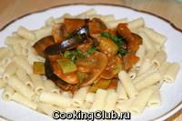 Шампиньоны, баклажан, кабачок тушённые в томатно - сливочном соусе